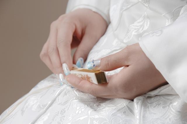 花嫁が持っている扇子