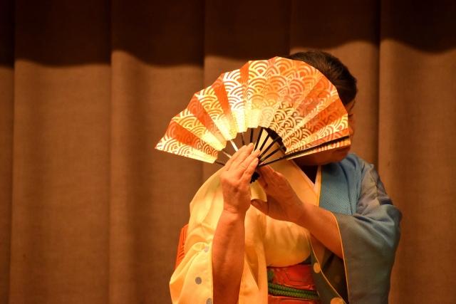 扇子を使う舞踊